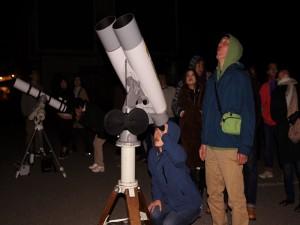 双眼鏡や望遠鏡を使っての観察会
