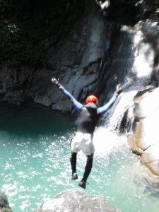 大きな岩からジャンプ!