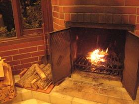 暖炉のある「ラウンジ」
