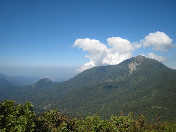 頂上より「雨飾山」と「日本海」
