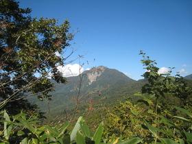 隣に聳える雨飾山
